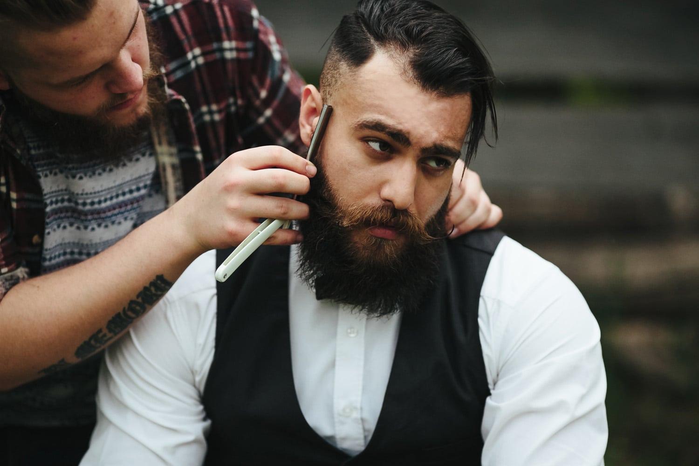 Bart wird mit Rasiermesser rasiert